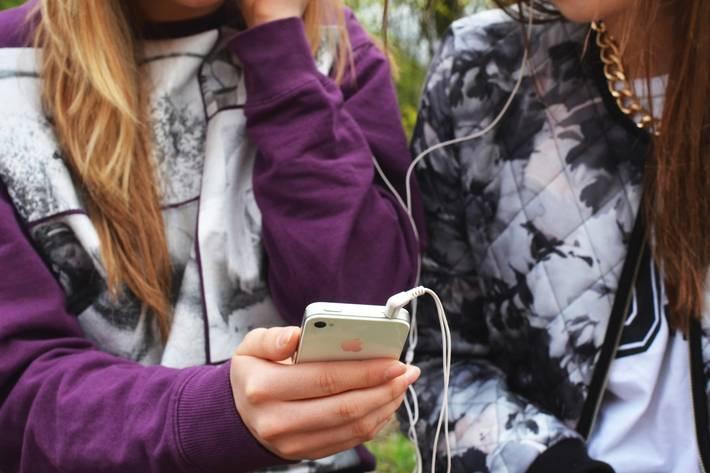 Tytöt kuuntelevat musiikkia