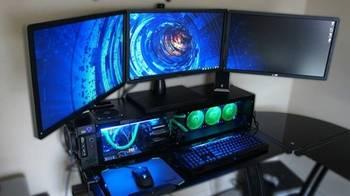 Tietokone, jossa erilaisia laitteita