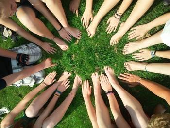 Nuorten käsiä ja jalkoja ympyrän muodossa