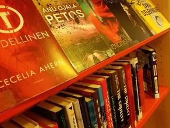 Uutuuskirjoja kirjaston hyllyssä