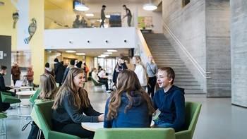 lukio-opiskelijoita keskustelemassa ryhmässä