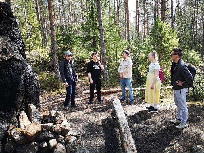Kuvassa Messin Kohtaamispaikan nuoret tutkimassa Suolijärven ympäristöä ja haaveilmassa virallisesta nuotiopaikasta epävirallisen nuotiopaikan äärellä