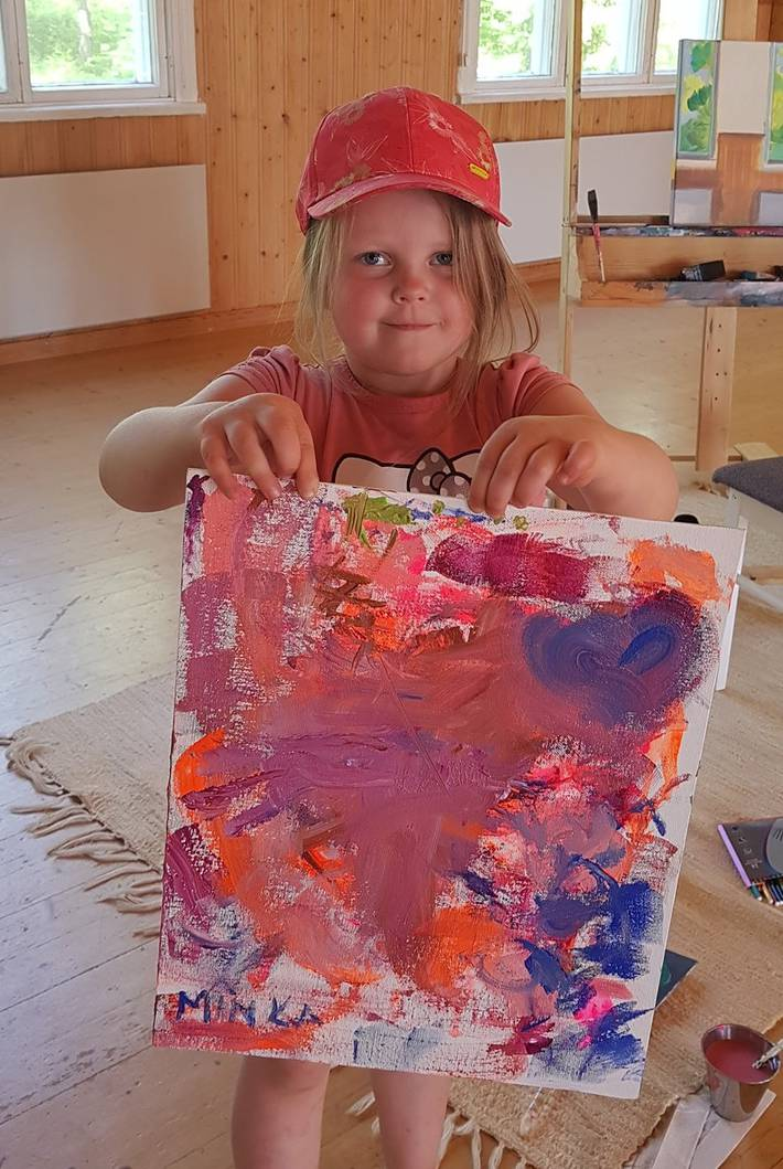 iloinen lapsi ja hänen oma taulu joka sai maalattua kesätaidenäyttelyssä